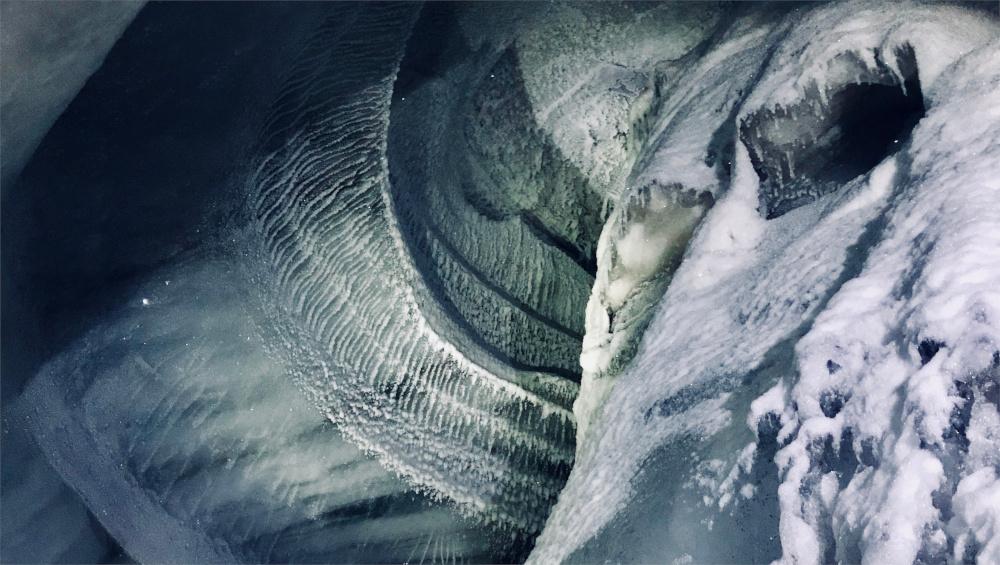 Wenn man eine Eishöhle erkundet lohnt es sich auch nach oben zu schauen.