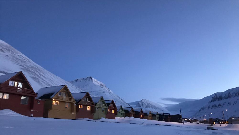 Die bekannte bunte Häuserreihe in Longyearbyen bei Dämmerung