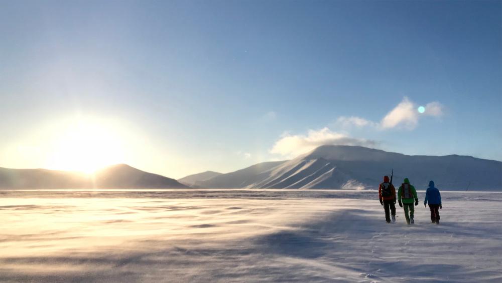 Herrlicher Sonnenschein genießen auf einer kleinen Wanderung über das Plateau.