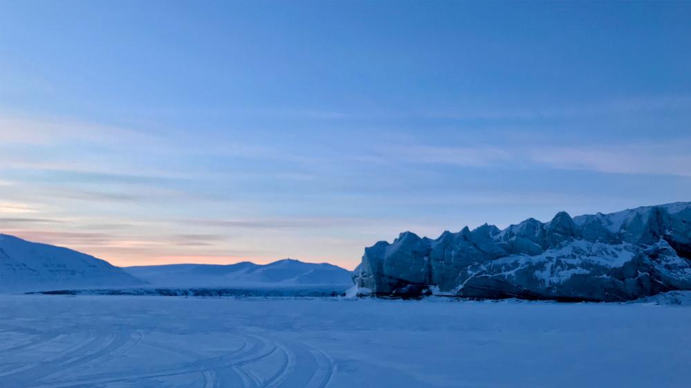 Beeindruckendes Eis beobachten während einer Schneemobil Tour