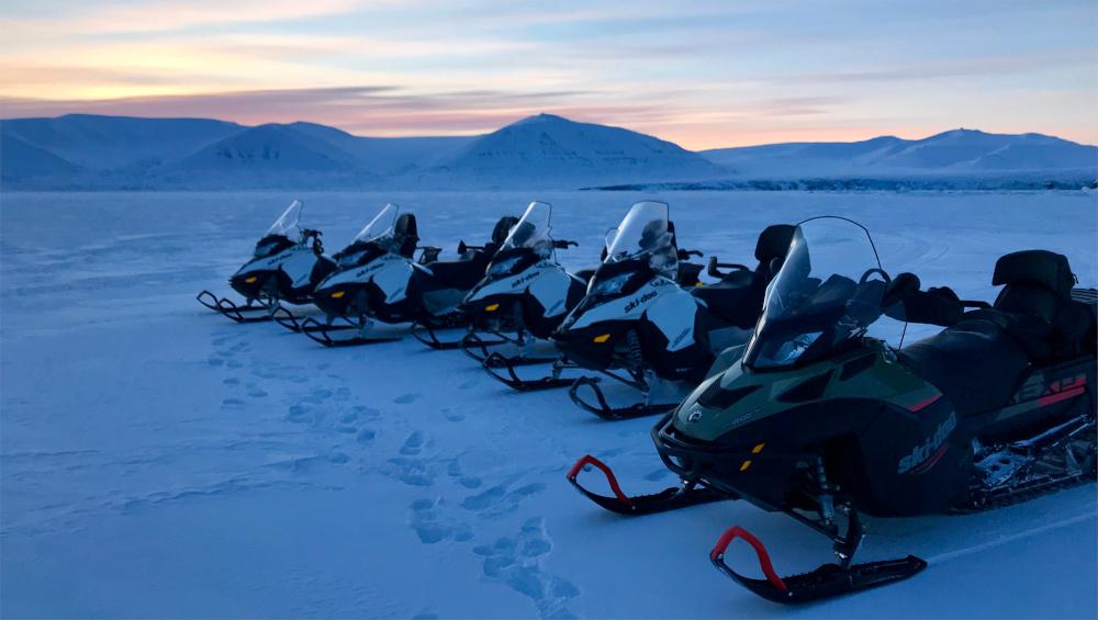 Unterwegs mit den Schneemobilen erwartet Dich unglaublich tolle Lichtstimmung in der