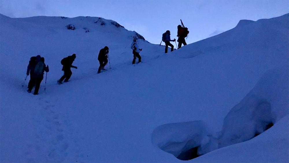 Einen Ausflug zur Larsbreen Eishöhle in der Dämmerung