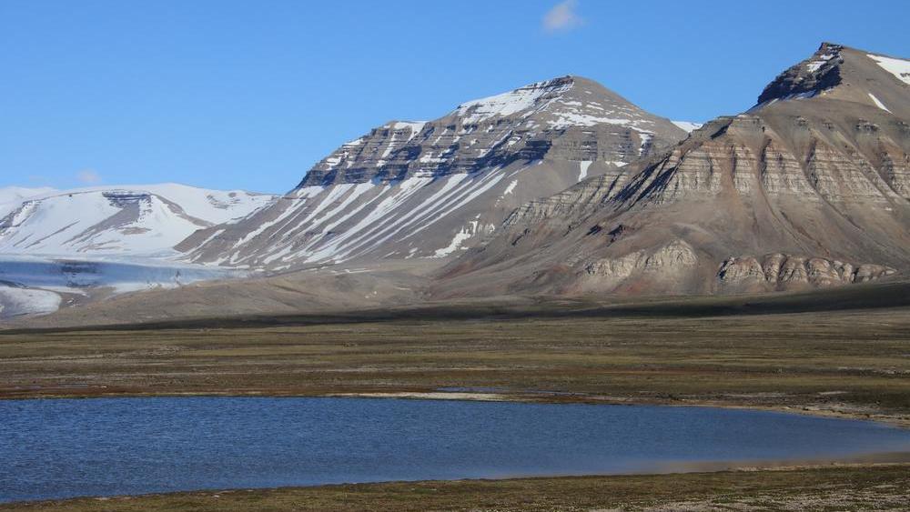 Berge und Seen auf Spitzbergen