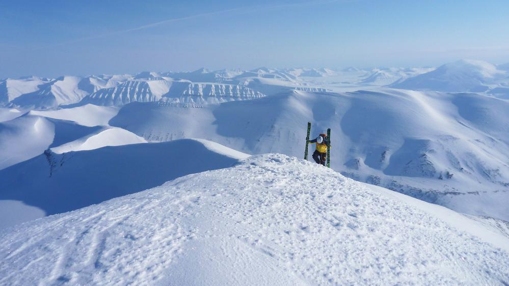 Einsam mit Skiern auf Gipfel-2