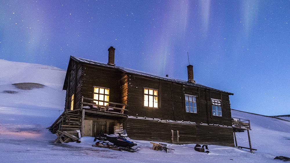 Nordlichter über einer Hütte