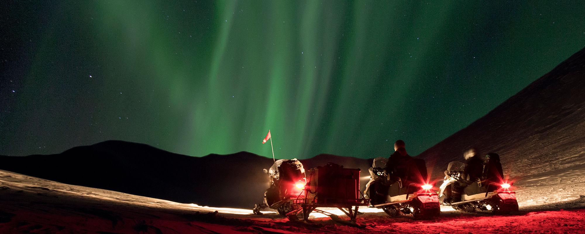 Nordlichter auf Spitzbergen Schneemobiltour