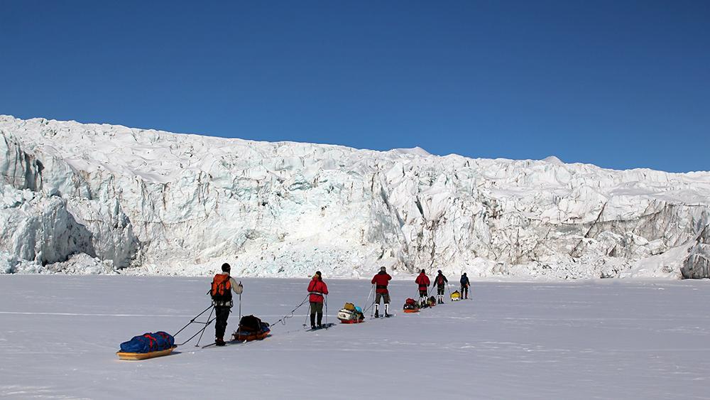 Ski-Tour vor dem Gletscher auf Spitzbergen